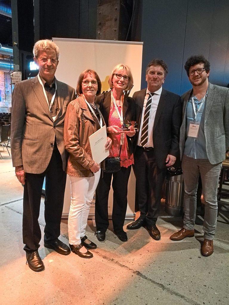 Rolf Johnen (von links), Isolde Herter, Ulrike Schneider, Manne Lucha und der Vereinsvorsitzende Urs Johnen bei der Verleihung des Integrationspreises in Stuttgart. Foto: Privat